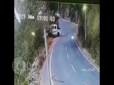 """بالفيديو.. شاهد لحظة انقلاب سيارة من قمة جبل بـ """"فيفا"""" جازان عدة مرات"""