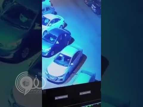 شاهد بالفيديو.. امرأة تضع طفلة حديثة الولادة وتتركها تبكي بجوار مسجد بجدة