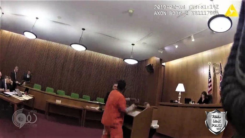 بعد صدور الحكم بحبسه.. شاهد: ماذا فعل سجين أميركي بمحاميه أمام القضاة!