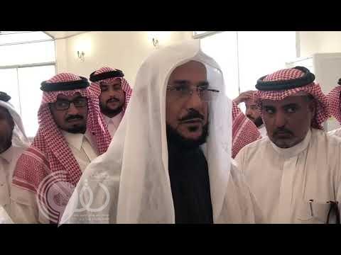 """بالفيديو: مواطن يفاجئ """" آل الشيخ"""" أثناء جولته بطلب """"غير مسبوق"""".. وهكذا تفاعل معه"""