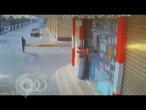 شاهد .. سيارة مسرعة تصدم شاب من الخلف وتقذفه على مركبة أخرى في الأحساء