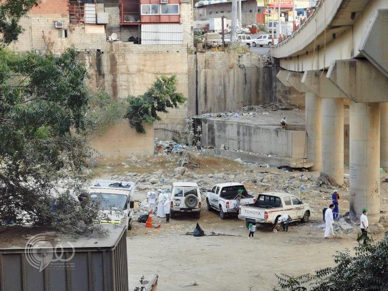 شاهد.. متطوعون ينتشرون في أودية جازان لإزالة ملوثات البيئة
