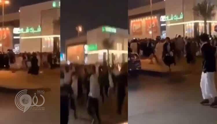 شاهد بالفيديو: هروب فتاة من تجمهر شباب وتحرش جماعي بالرياض