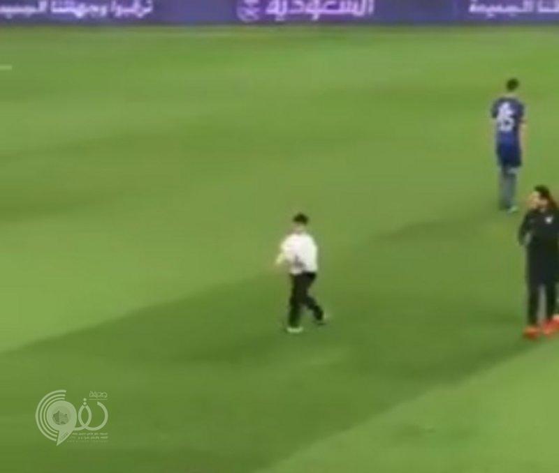هذا ما فعله لاعبو الهلال مع طفل متلازمة داون بعد أن أصر على البقاء في الملعب.. فيديو