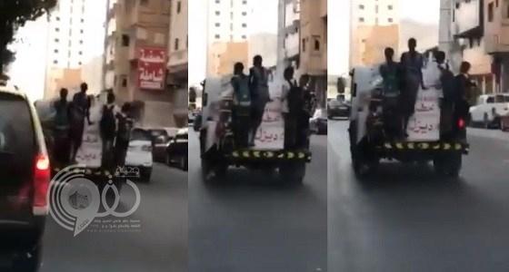 شاهد.. أطفال يتسلقون شاحنة أثناء سيرها بمكة ويعرضون حياتهم للخطر