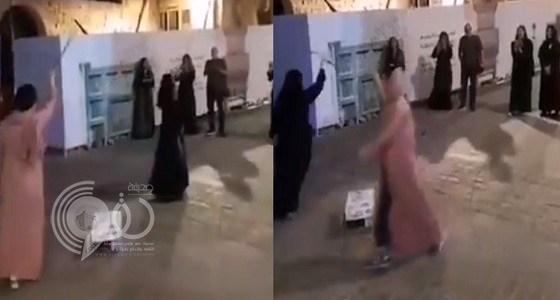 """بالفيديو.. سائحات يرقصن """" المزمار """" في أحد أحياء جدة القديمة"""
