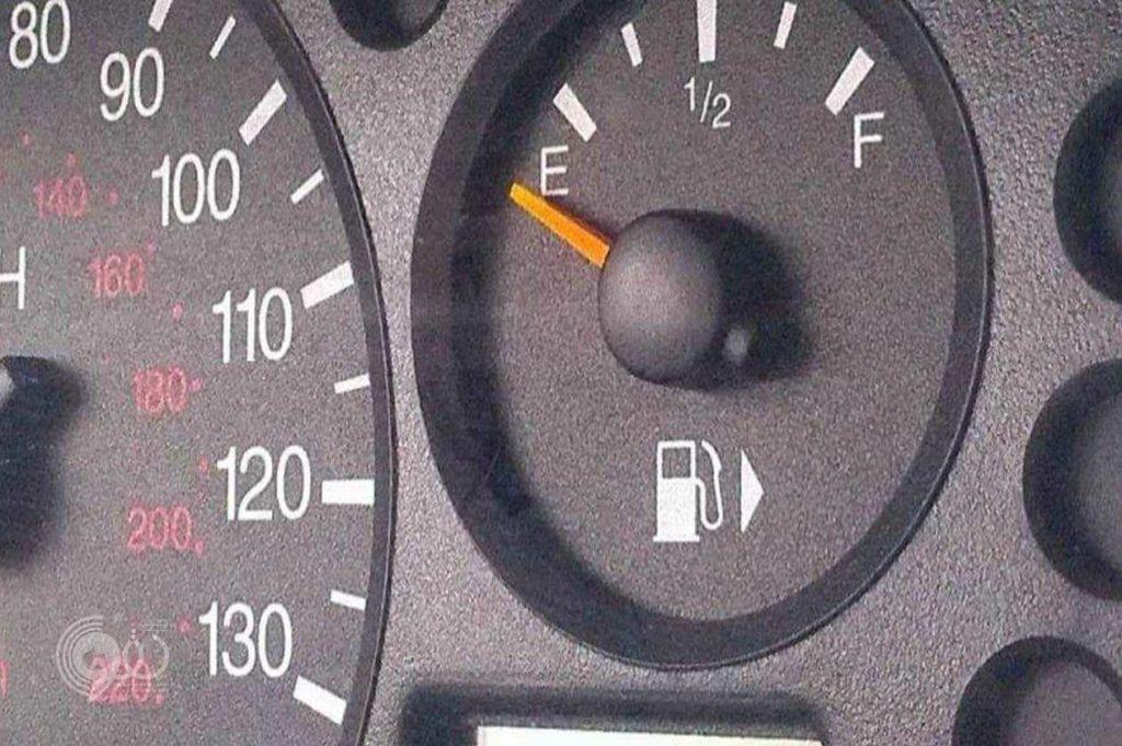 المرور السعودي يوضح حقيقة وجود مخالفة مرورية على وجود «البنزين على الربع»