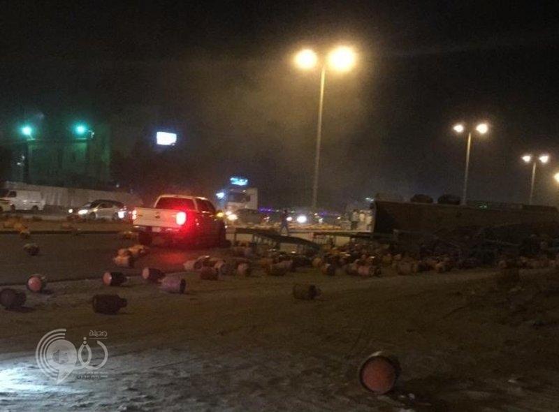 """جازان.. الدفاع المدني يباشر انقلاب شاحنة """"أسطوانات غاز"""" على طريق ضمد"""
