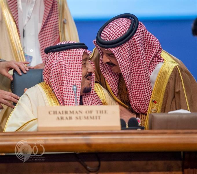 شاهد.. موقف أخوي عفوي بين خادم الحرمين وملك البحرين في القمة العربية الأوروبية