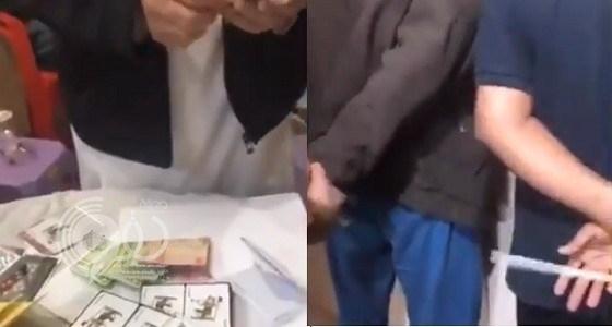 بالفيديو.. شاهد لحظة مداهمة صالة قمار والقبض على العمالة بالرياض