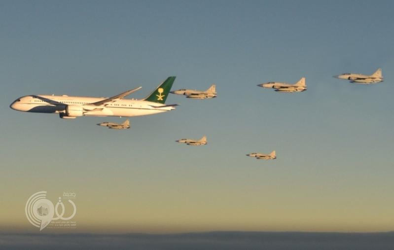 بالفيديو والصور.. المقاتلات الباكستانية تحتفي بطائرة الأمير محمد بن سلمان