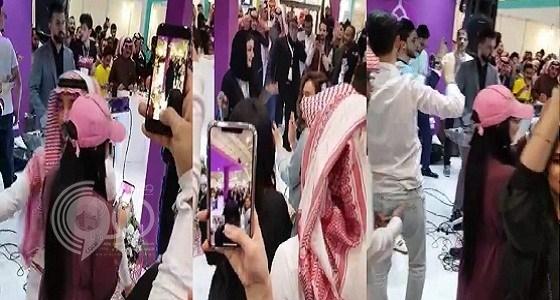 شاهد.. مطربة تتعرض لموقف محرج بعد انقطاع الكهرباء في الرياض