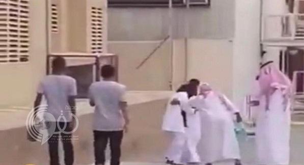الإطاحة بالمسنّ المشهور صاحب واقعة التحرش بممرضة في مستشفى القنفذة العام.. تفاصيل