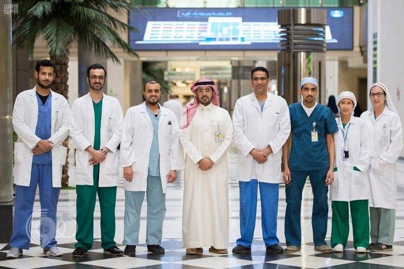 """جراحة هي الأولى محلياً.. أطباء جامعة """"سعود"""" يزيلون ورماً بالمنظار"""
