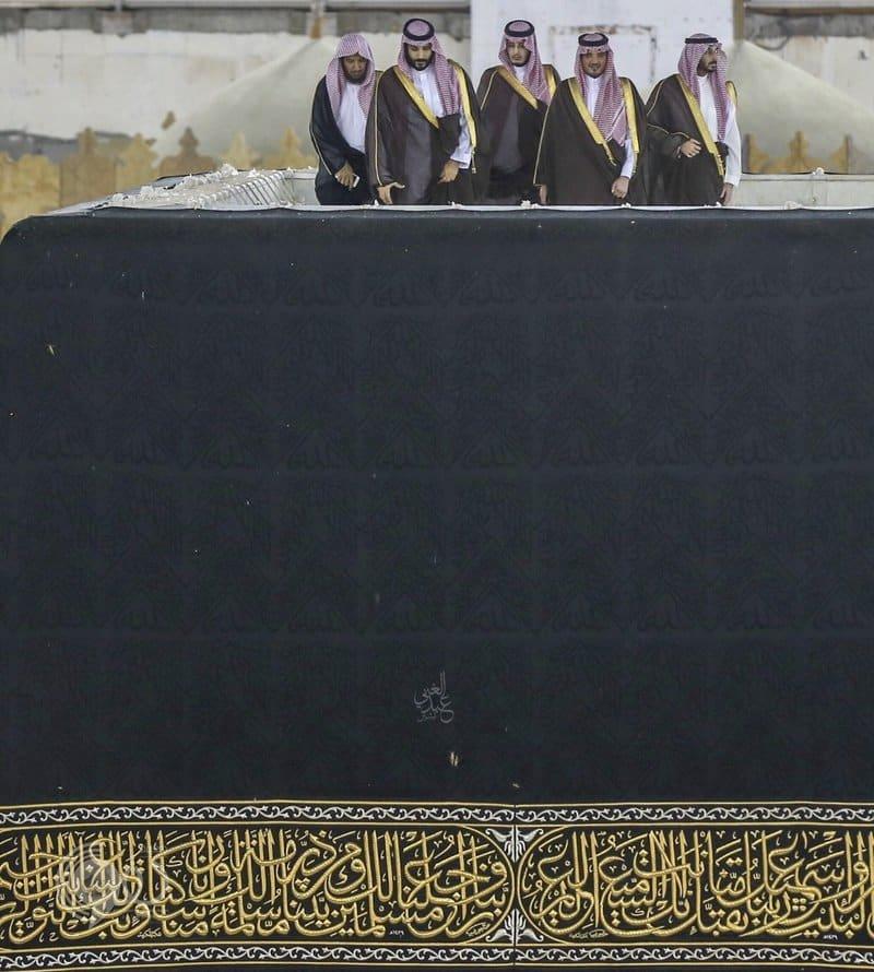 بالفيديو والصور.. شاهد الأمير محمد بن سلمان على سطح الكعبة