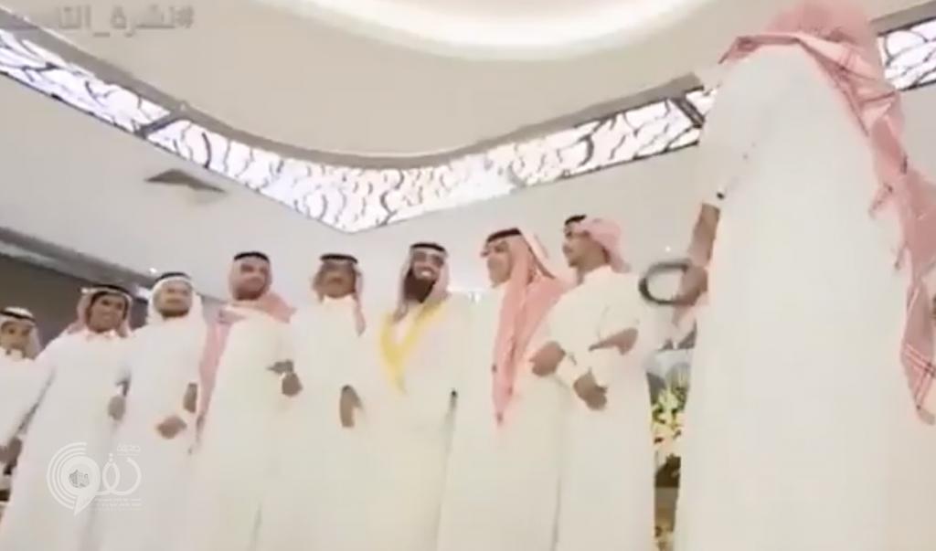"""شاهد.. أول فيديو من حفل الزواج الذي أقامته """"أمن الدولة"""" للسجين """"القحطاني"""" من داخل أسوار السجن"""