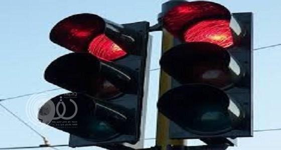 """""""المرور"""" يوضح حقيقة مخالفة الوقوف على خط المشاة والإشارة حمراء"""