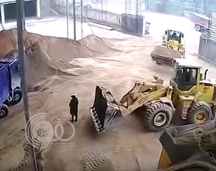 """شاهد.. سائق """"شيول"""" يجرف امرأة مع الرمال ويدفنها حية في شاحنة!"""