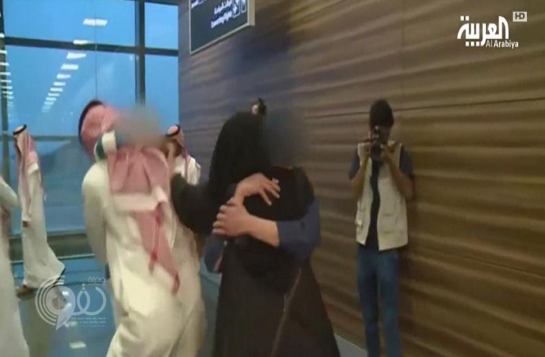 """بالفيديو: مشهد مؤثر لأم سعودية تستقبل طفليها بعد تحريرهما من قبضة """"داعش""""..تفاصيل !"""