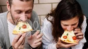 دراسة علمية تحذر من تناول الطعام بسرعة.. وهذه أبرز أضراره على الصحة