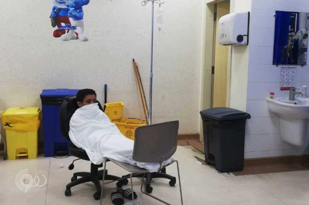 شاهد بالفيديو.. تنويم المرضى على الكراسي بمستشفى الملك فهد بجازان