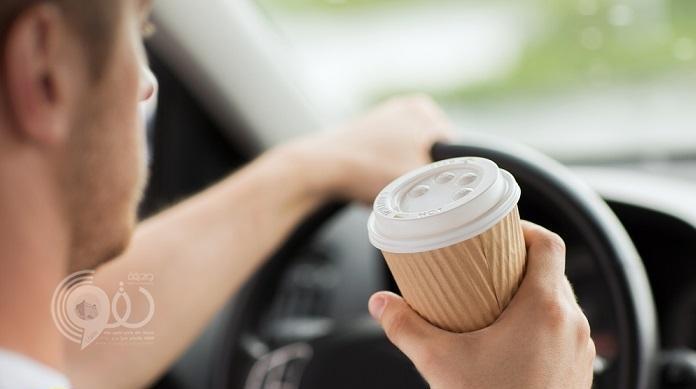 """المرور يحسم الجدل بشأن شرب """"الشاي والمياه"""" أثناء القيادة!"""
