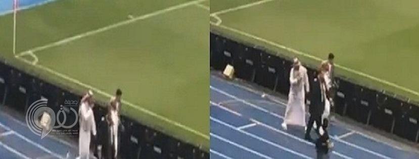 بالفيديو.. جماهير النصر تلقي القوارير على رئيس الهلال أثناء نزوله إلى الملعب