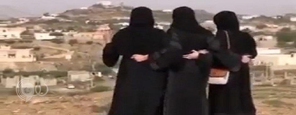 """بالفيديو.. 3 فتيات يقمن بأداء """" الخطوة """" في جبال أبها"""