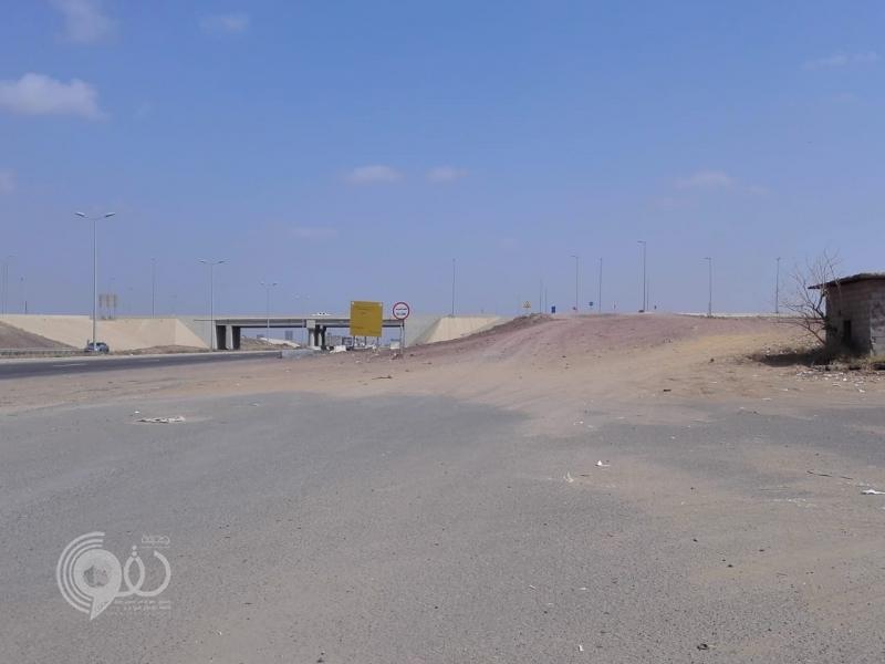 شاهد تعثر مدخل كوبري إسكان الحصمة بجازان منذ أكثر من 8 سنوات.. فيديو وصور