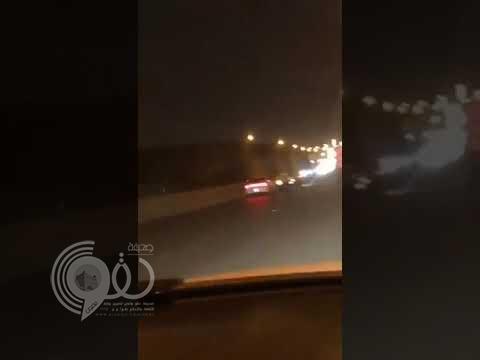 شاهد.. مطاردة عنيفة بين سائقين متهورين في طريق بالرياض تنتهي بحادث مروع !!
