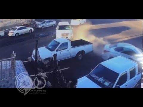 """شاهد.. سائق يفقد السيطرة على """"عجلة القيادة"""" وكاد يتسبب في كارثة بأحد شوارع الرياض!"""