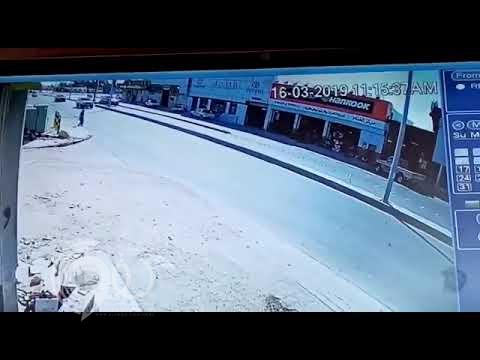 بالفيديو.. شاهد ردة فعل قائد مركبة تجاه وافد رمى بنفسه أمام السيارة متعمداً