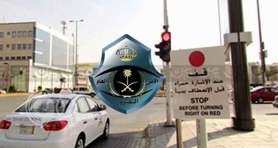 """"""" المرور """" يقر مخالفة جديدة على المتجاوزين عند الإشارات"""