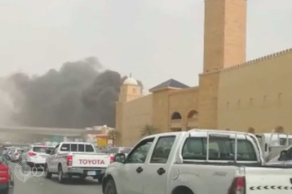 عاجل.. شاهد حريق بمحطة مترو تحت الإنشاء قرب مخرج ١٥ بالرياض