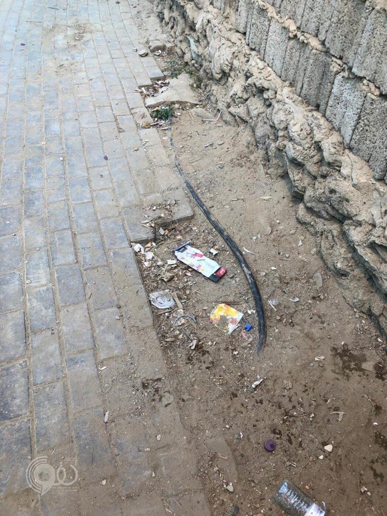 """أسلاك أعمدة إنارة كهربائية مكشوفة تُهدد سلامة أهالي """"حي الرماح"""" بمركز الحقو – صور"""