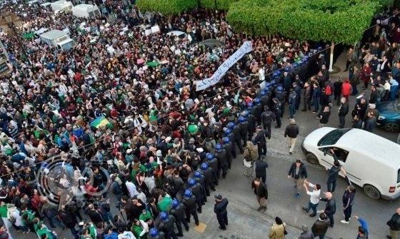 """الجزائر """"تنتفض"""" ضد بوتفليقة في مظاهرات لم تحدث مثلها منذ 1962 – فيديو"""