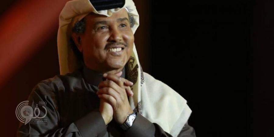 بالفيديو.. محمد عبده يتعرض لموقف طريف على المسرح
