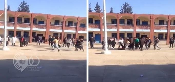 شاهد: طالب عاري يعتدي على معلمه بحركة قتالية مرعبة!