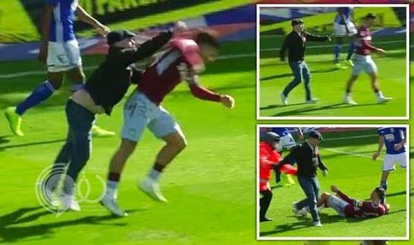 بالفيديو: مشجع ينهال ضربًا على لاعب أستون فيلا