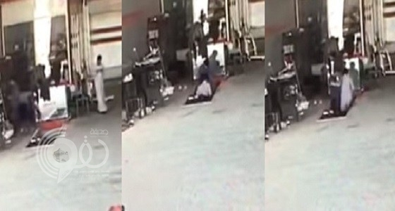 """بالفيديو.. لحظة سقوط شاب سعودي في حفرة فحص السيارات بسبب بلعبة """"ببجي"""""""