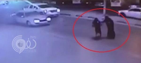شاهد.. سيارة تصدم امرأة وتقذفها في الهواء بالأحساء