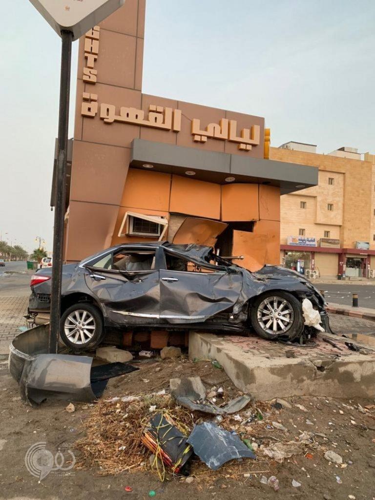 جازان.. حادث مروري مروع يصيب 3 ويقتلع صرّافة ويحطم محل قهوة