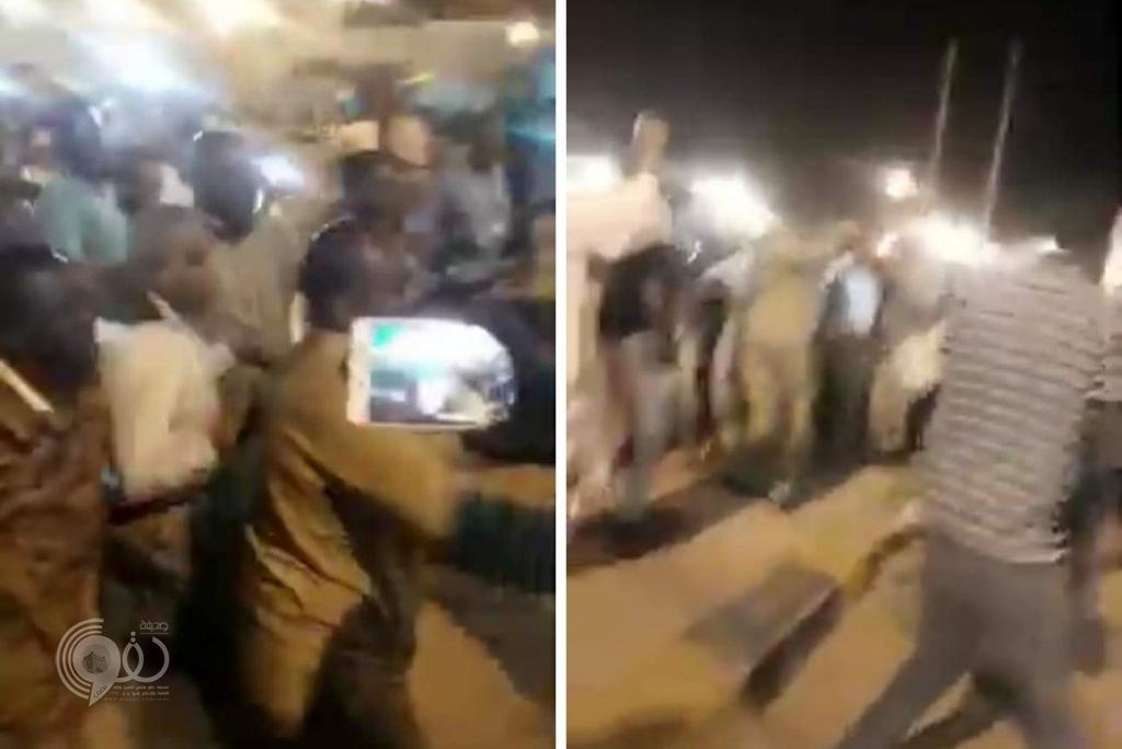 شاهد.. لحظة القبض على وزير سوداني سابق في مطار الخرطوم!