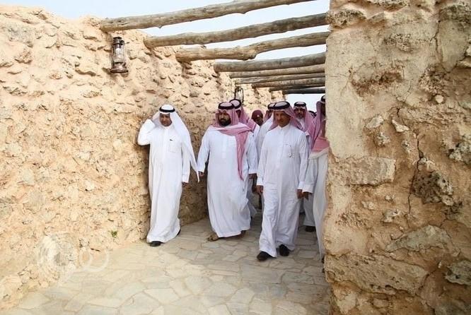 نائب أمير جازان يزور منزل العم علي مليسي (80 عاماً) في قرية القصار الأثرية.. فيديو