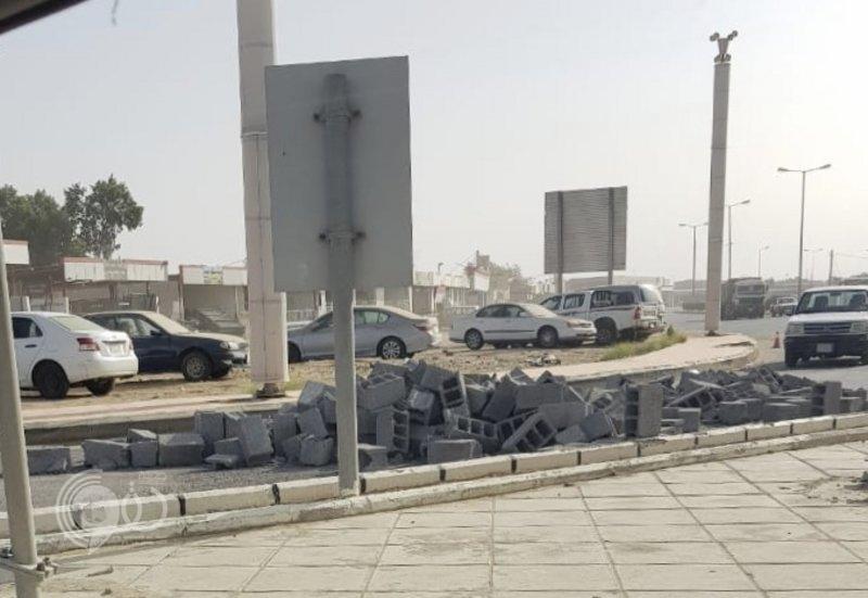 """فجرًا.. سقوط """"حمولة شاحنة بلك"""" يغلق الطريق الدولي """"جدة- جازان"""""""