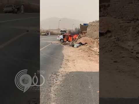 """مصرع مواطنة تقود سيارتها وإصابة مرافقتها في حادث مروع بـ""""القنفذة"""".. فيديو"""