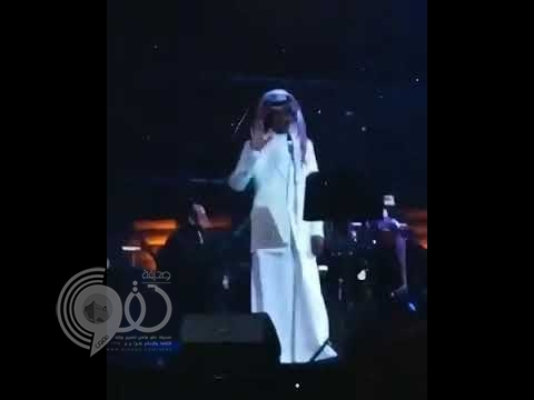 """شاهد .. ردة فعل فتاة بعدما وجه الفنان خالد عبدالرحمن التحية لها في حفل المسرح الروماني بـ""""حائل"""""""