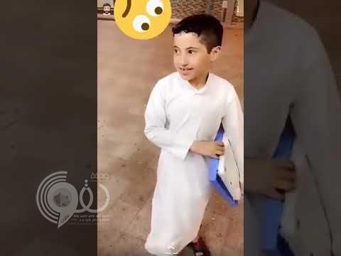 شاهد: طفل يحمل ميزان ويفاجئ الزبائن في تقديره لأوزانهم قبل القياس!
