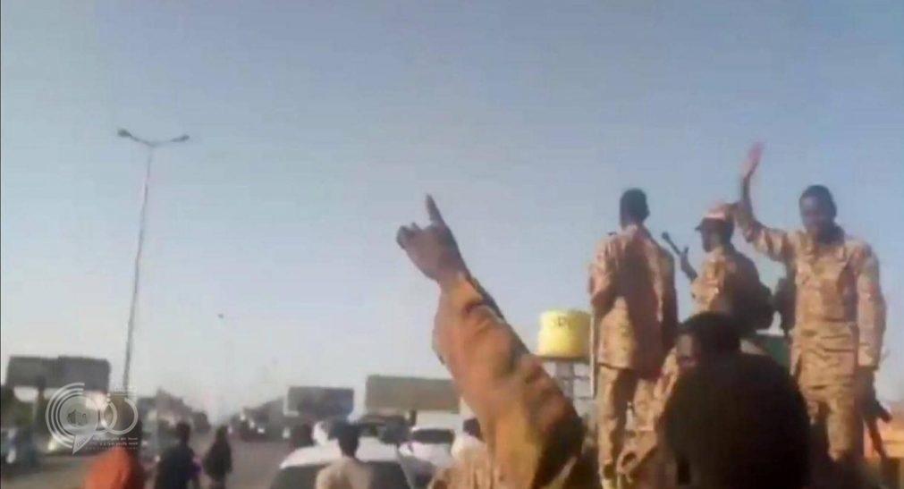 بالفيديو.. الجيش السوداني ينحاز للمتظاهرين ويمنع قوات الأمن من فض اعتصام أمام مقر وزارة الدفاع