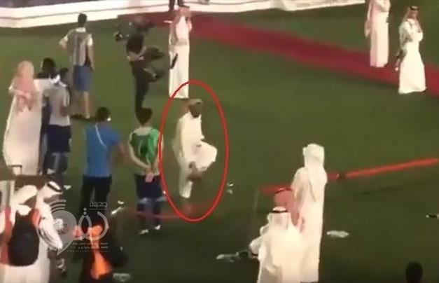 شاهد .. رئيس الهلال محمد بن فيصل يرفع حذاءه تجاه الجماهير بعد هزيمة فريقه أمام النجم الساحلي!